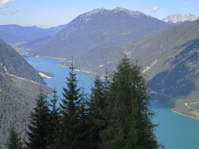 Οι Άλπεις - άποψη των αιχμών και της λίμνης βουνών στην Αυστρία στοκ φωτογραφία με δικαίωμα ελεύθερης χρήσης