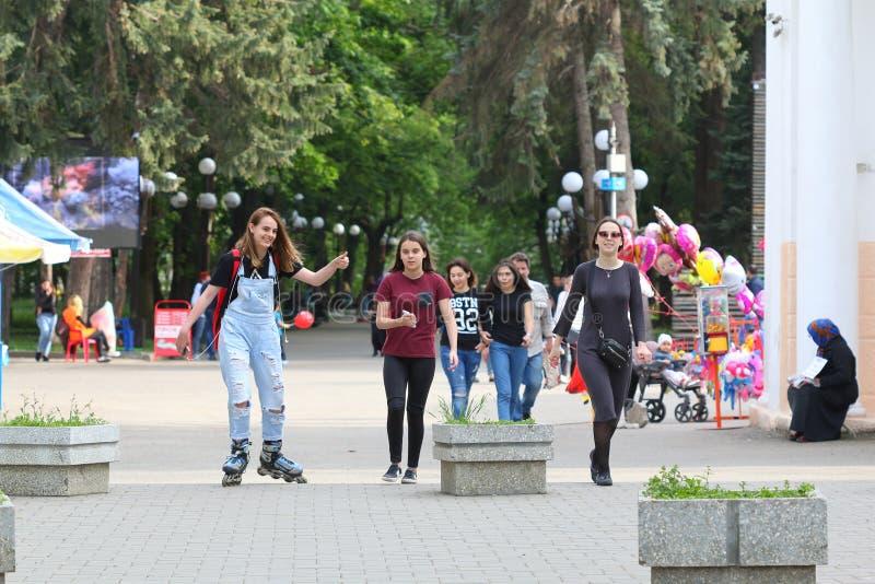 Οι έφηβοι αφήνουν το λούνα παρκ σε Pyatigorsk, Ρωσία στοκ εικόνες