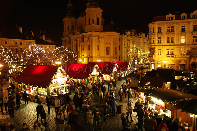 Οι αγορές Χριστουγέννων στην παλαιά πλατεία της πόλης στην Πράγα, Δημοκρατία της Τσεχίας στοκ εικόνα