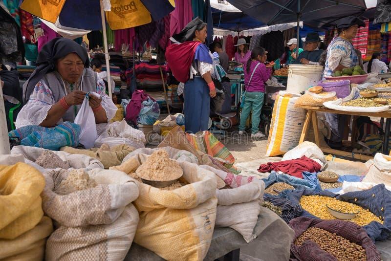 Οι αγρότες Otavalo και η χειροτεχνική αγορά στον Ισημερινό στοκ φωτογραφία με δικαίωμα ελεύθερης χρήσης