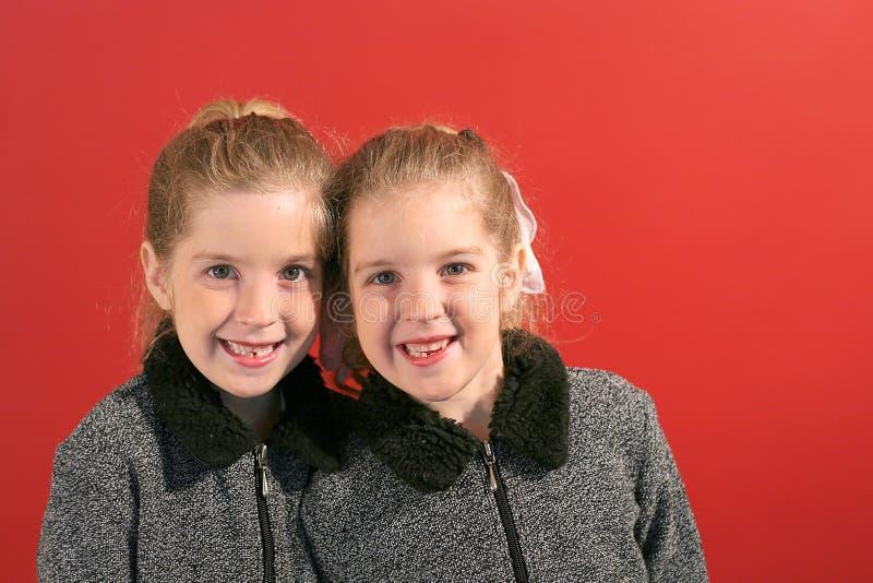 οι αδελφές χαμογελούν &tau στοκ φωτογραφία με δικαίωμα ελεύθερης χρήσης