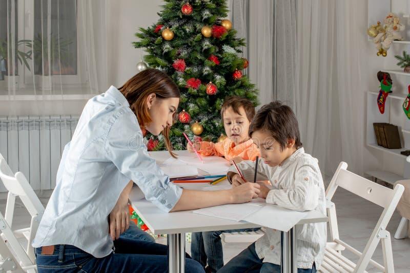 Οι αδελφοί ή οι φίλοι αγοριών παιδιών γράφουν την επιστολή Santa στο Clau στοκ εικόνες με δικαίωμα ελεύθερης χρήσης
