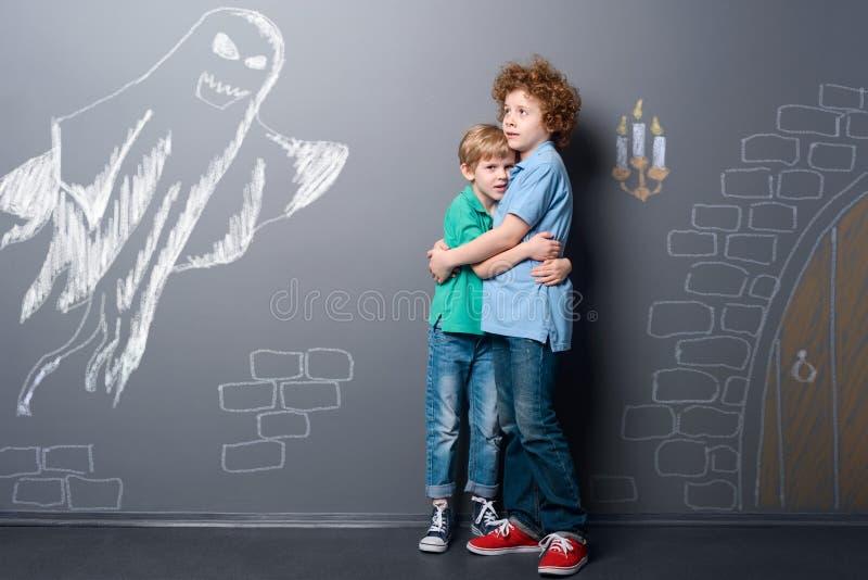 Οι αδελφοί εκφοβίζονται από το φάντασμα στοκ φωτογραφίες με δικαίωμα ελεύθερης χρήσης