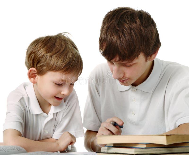οι αδελφοί κάνουν τα μαθή στοκ εικόνες