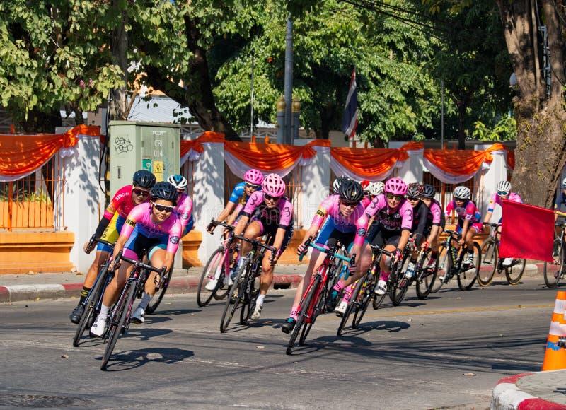 Οι αθλητές ποδηλάτων αξιοποιούν στο έπακρο τις προσπάθειές τους στον αγώνα ποδηλάτου στοκ εικόνες