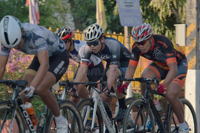 Οι αθλητές ποδηλάτων αξιοποιούν στο έπακρο τις προσπάθειές τους στον αγώνα ποδηλάτου στοκ φωτογραφία με δικαίωμα ελεύθερης χρήσης