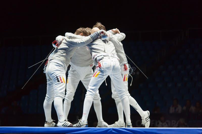 Οι αθλητές αγκαλιάζουν στους ανταγωνισμούς στο πρωτάθλημα του κόσμου στην περίφραξη στοκ φωτογραφία
