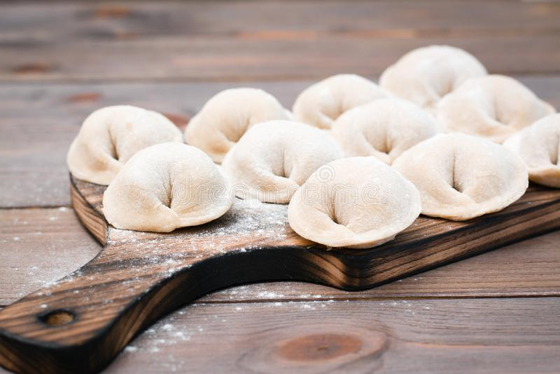 Οι ακατέργαστες μπουλέττες έτοιμες για το μαγείρεμα βρίσκονται στις σ στοκ φωτογραφίες