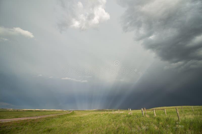 Οι ακτίνες ήλιων ακτινοβολούν μέσω της υδρονέφωσης μετά από μια περνώντας θύελλα στοκ φωτογραφία με δικαίωμα ελεύθερης χρήσης