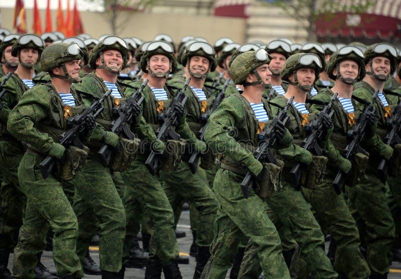 Οι αλεξιπτωτιστές των 331st φρουρών Kostroma ρίχνουν το σύνταγμα με αλεξίπτωτο κατά τη διάρκεια της παρέλασης στο κόκκινο τετράγω στοκ εικόνες με δικαίωμα ελεύθερης χρήσης
