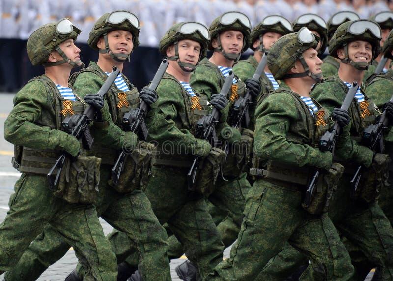 Οι αλεξιπτωτιστές των 331st φρουρών Kostroma ρίχνουν το σύνταγμα με αλεξίπτωτο κατά τη διάρκεια της παρέλασης στο κόκκινο τετράγω στοκ εικόνα