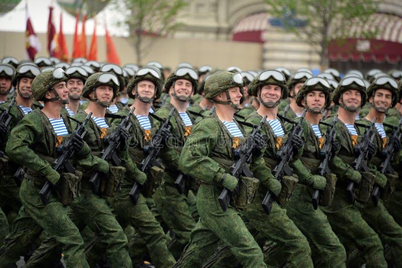 Οι αλεξιπτωτιστές των 331st φρουρών Kostroma ρίχνουν το σύνταγμα με αλεξίπτωτο κατά τη διάρκεια της παρέλασης στο κόκκινο τετράγω στοκ εικόνα με δικαίωμα ελεύθερης χρήσης