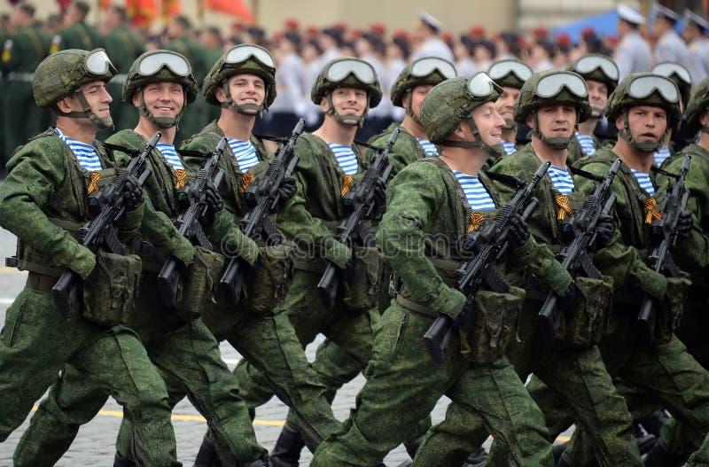 Οι αλεξιπτωτιστές των 331st φρουρών Kostroma ρίχνουν το σύνταγμα με αλεξίπτωτο κατά τη διάρκεια της παρέλασης στο κόκκινο τετράγω στοκ φωτογραφίες με δικαίωμα ελεύθερης χρήσης