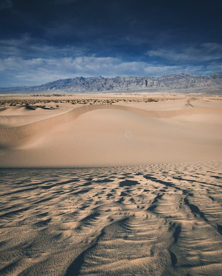 οι αμμόλοφοι θανάτου στρώνουν με άμμο την κοιλάδα στοκ εικόνες