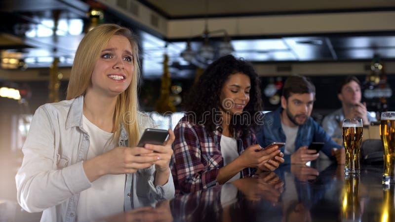 Οι ανήσυχοι θαυμαστές που κάνουν τα αθλητικά στοιχήματα στο δέκτη στοιχημάτων κινητό app στο παιχνίδι προσοχής φραγμών ζουν στοκ φωτογραφία
