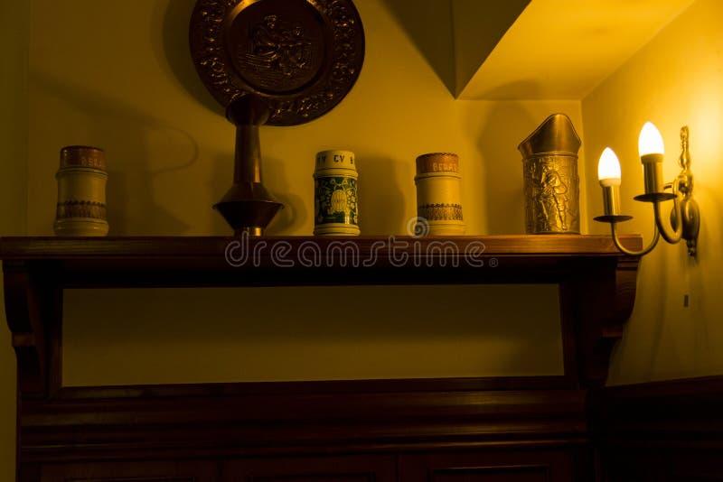 Οι αναδρομικές κούπες μπύρας εκθέτουν σε ένα αναδρομικό εστιατόριο στοκ φωτογραφίες