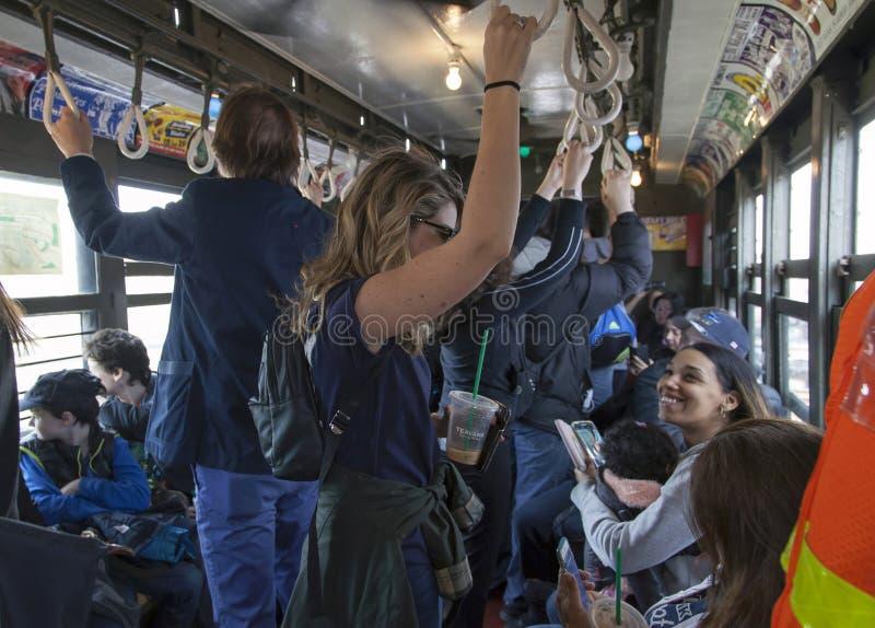 Οι ανεμιστήρες Αμερικανού οδηγούν το εκλεκτής ποιότητας τραίνο χαμηλής τάσης στο στάδιο για το openin στοκ εικόνα