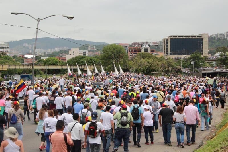 Οι αντικυβερνητικοί διαμαρτυρόμενοι έκλεισαν μια εθνική οδό στο Καράκας, Βενεζουέλα στοκ εικόνα με δικαίωμα ελεύθερης χρήσης