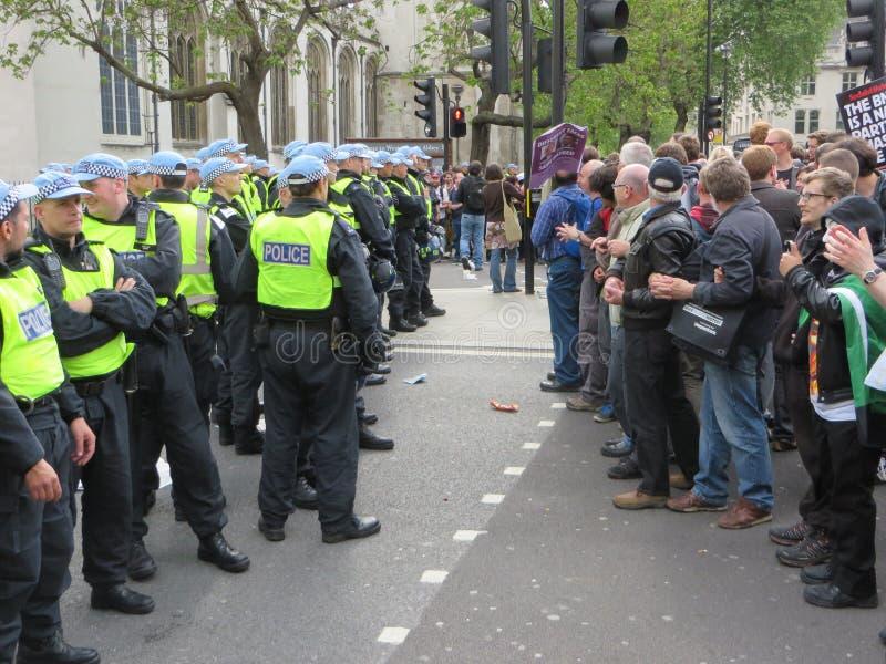 Οι αντι φασίστες τακτοποιούν επάνω ενάντια στην αστυνομία κατά τη διάρκεια του BNP κατά τη διάρκεια του α στοκ εικόνες