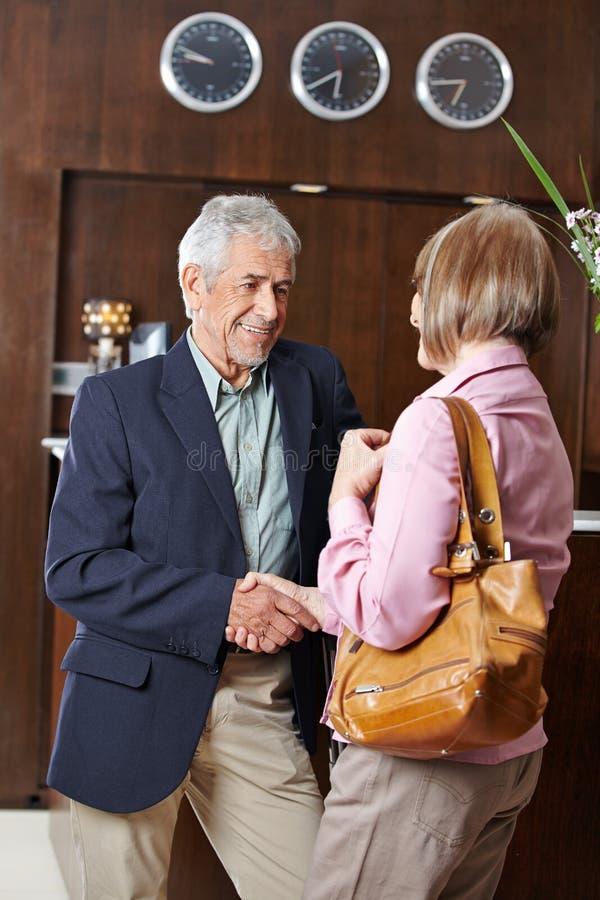 Οι ανώτεροι άνθρωποι συναντιούνται στην υποδοχή ξενοδοχείων στοκ εικόνες με δικαίωμα ελεύθερης χρήσης