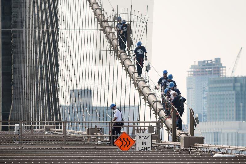 Οι ανώτεροι υπάλληλοι NYPD ESU αναρριχούνται κάτω από τη γέφυρα του Μπρούκλιν στοκ εικόνες