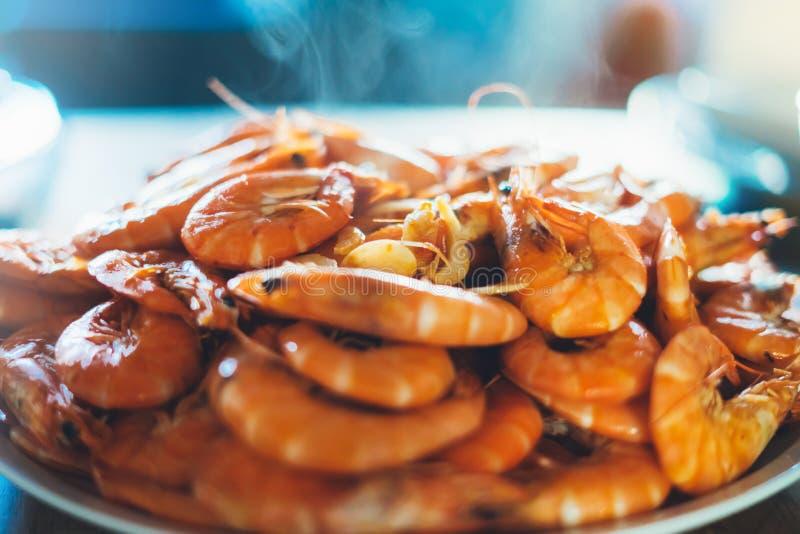 Οι απομονωμένες έτοιμες πορτοκαλιές γαρίδες στο υπόβαθρο παρουσιάζουν στην κουζίνα, κινηματογράφηση σε πρώτο πλάνο των φρέσκων πρ στοκ φωτογραφίες