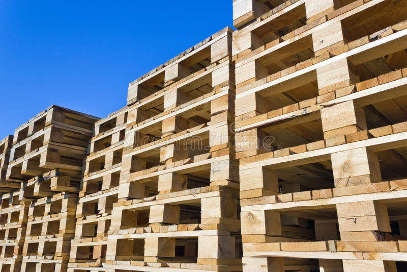 οι απομονωμένες παλέτες δίνουν άσπρο ξύλινο στοκ εικόνες με δικαίωμα ελεύθερης χρήσης