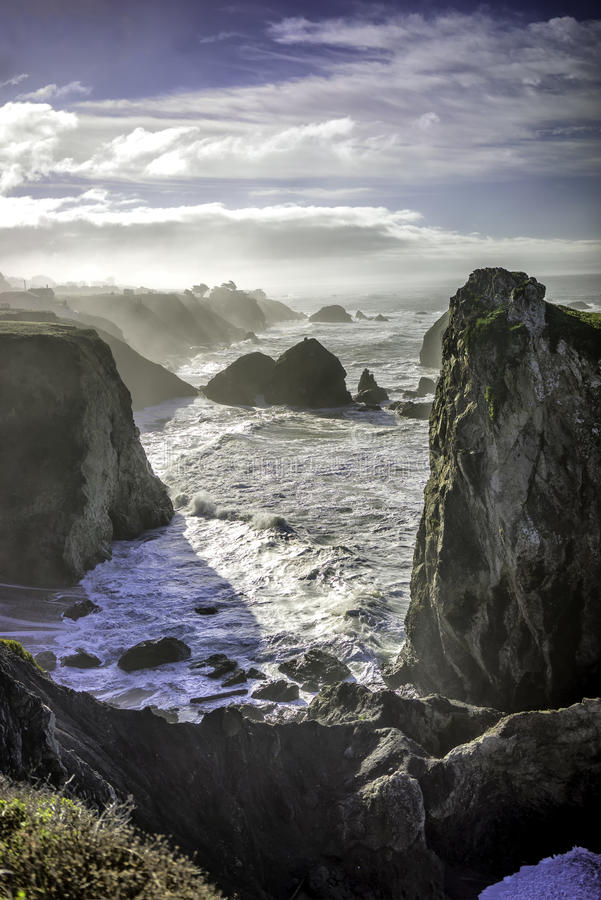 Οι απότομοι βράχοι κοντά στον κόλπο Bodega στοκ φωτογραφία με δικαίωμα ελεύθερης χρήσης