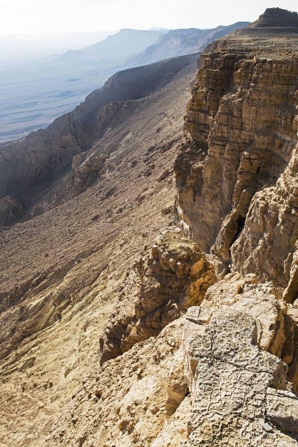 Οι απότομοι βράχοι του κρατήρα Makhtesh Ramon στο Ισραήλ στοκ εικόνες με δικαίωμα ελεύθερης χρήσης