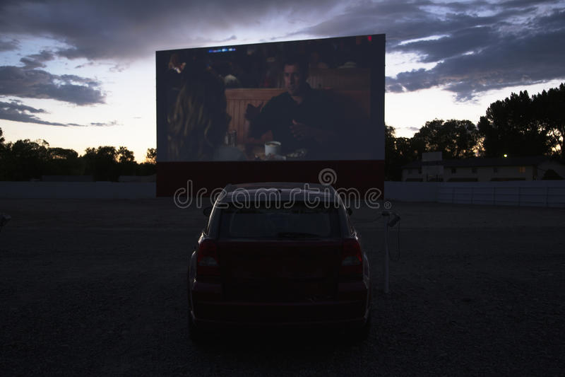 Οι απόψεις στο αυτοκίνητο προσέχουν το Drive αστέρων κινηματογράφου στη κινηματογραφική αίθουσα, Montrose, Κολοράντο, ΗΠΑ στοκ εικόνες
