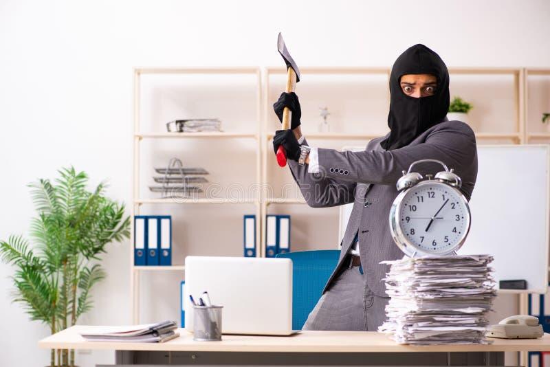 Οι αρσενικές stealing πληροφορίες γκάγκστερ από το γραφείο στοκ εικόνες