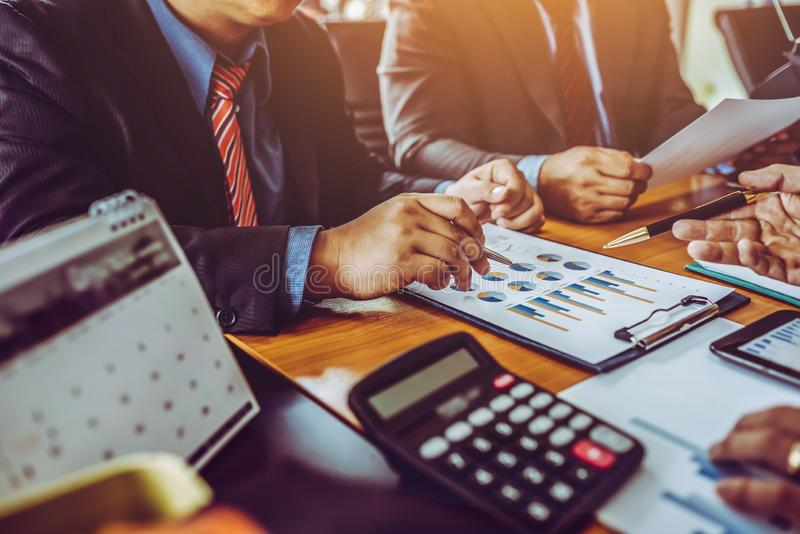 Οι αρσενικοί επιχειρηματίες συναδέλφων στην αίθουσα συνεδριάσεων στο δημιουργικό γραφείο που συζητούν τη λογιστική κάνουν εμπόριο στοκ εικόνα με δικαίωμα ελεύθερης χρήσης