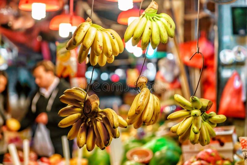 Οι ασιατικές αγορές γεωργικών προϊόντων οδών αφθονούν με τα διαφορετικά είδη των ώριμων νωπών καρπών Οι δέσμες των κίτρινων μπανα στοκ φωτογραφία με δικαίωμα ελεύθερης χρήσης
