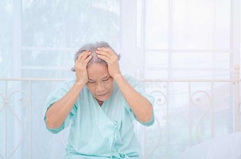 Οι ασιατικές γυναίκες δεν είναι άνετες με τον πόνο στοκ εικόνα με δικαίωμα ελεύθερης χρήσης