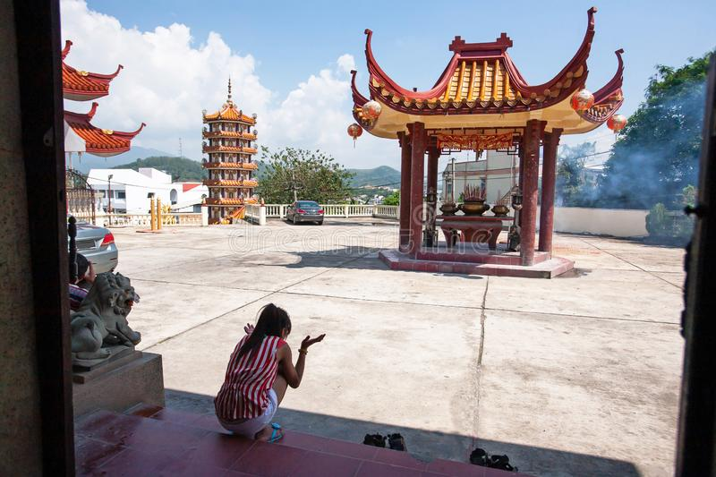 Οι ασιατικές γυναίκες ζάλισαν και συγκλόνισαν ελαφριά firecrackers στον κινεζικό ναό Betong, Yala, νότια Ταϊλάνδη στοκ φωτογραφίες