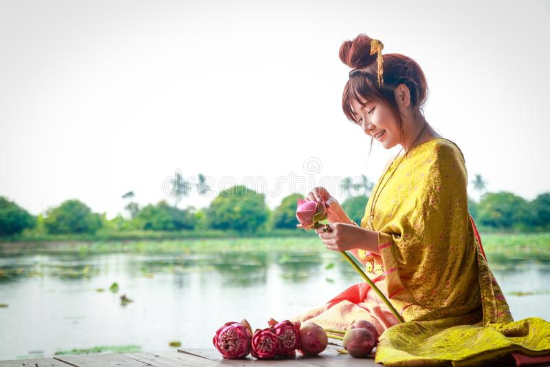 Οι ασιατικές γυναίκες φορούν τα παραδοσιακά ταϊλανδικά ενδύματα στοκ εικόνα με δικαίωμα ελεύθερης χρήσης