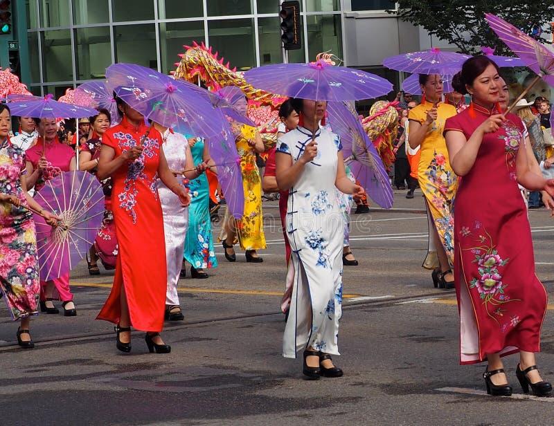 Οι ασιατικές κυρίες στο παραδοσιακό φόρεμα σε KDays παρελαύνουν στοκ φωτογραφία με δικαίωμα ελεύθερης χρήσης