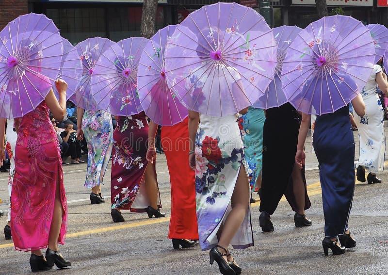 Οι ασιατικές κυρίες στο παραδοσιακό φόρεμα σε KDays παρελαύνουν στοκ εικόνες