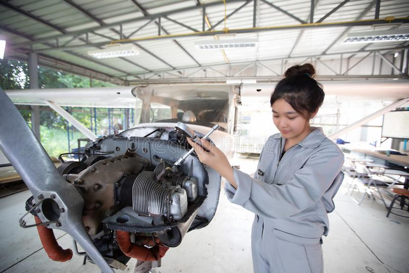 Οι ασιατικοί άνδρες και οι μηχανικοί και οι τεχνικοί γυναικών επισκευάζουν airc στοκ φωτογραφία