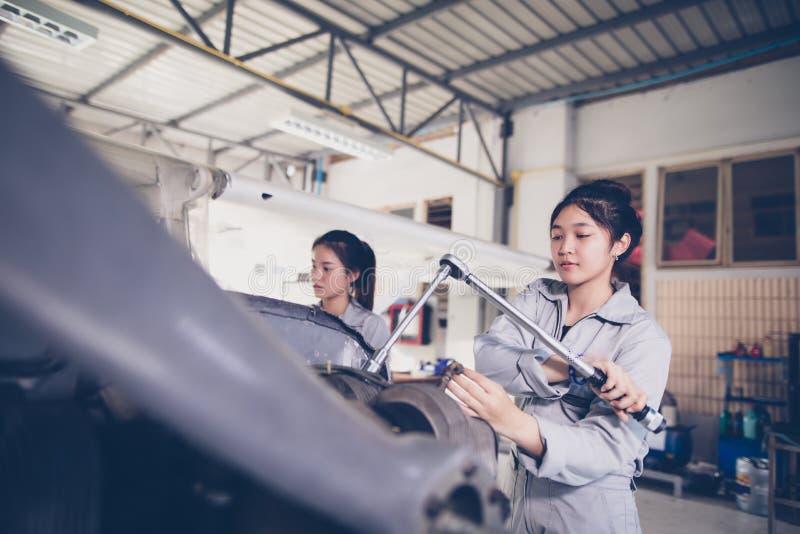 Οι ασιατικοί άνδρες και οι μηχανικοί και οι τεχνικοί γυναικών επισκευάζουν airc στοκ εικόνες
