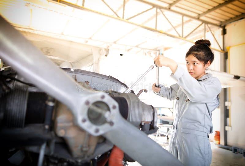 Οι ασιατικοί άνδρες και οι μηχανικοί και οι τεχνικοί γυναικών επισκευάζουν airc στοκ φωτογραφίες