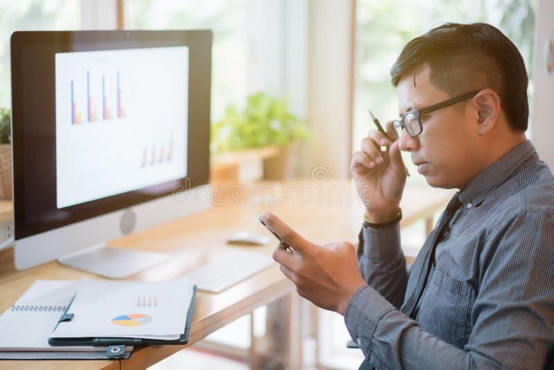 Οι ασιατικοί επιχειρηματίες χρησιμοποιούν smartphones στο γραφείο γραφείων E στοκ φωτογραφία με δικαίωμα ελεύθερης χρήσης