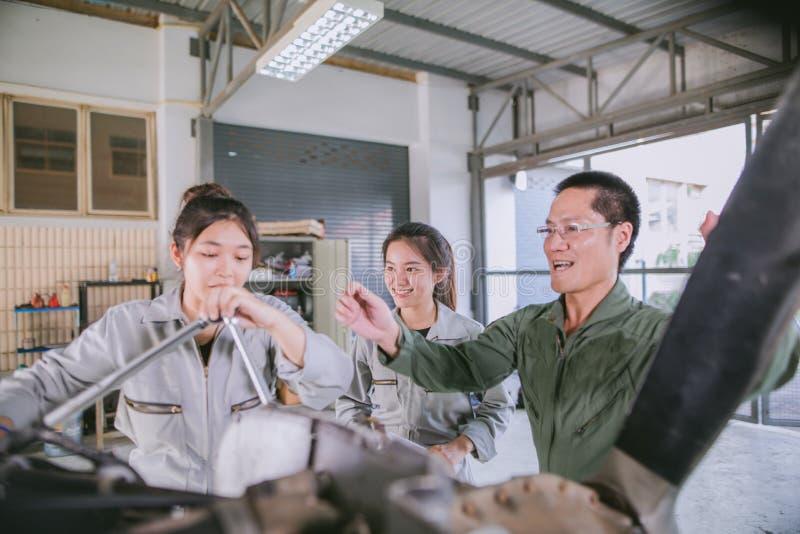 Οι ασιατικοί μηχανικοί και οι τεχνικοί σπουδαστών επισκευάζουν τα αεροσκάφη ο στοκ εικόνα με δικαίωμα ελεύθερης χρήσης