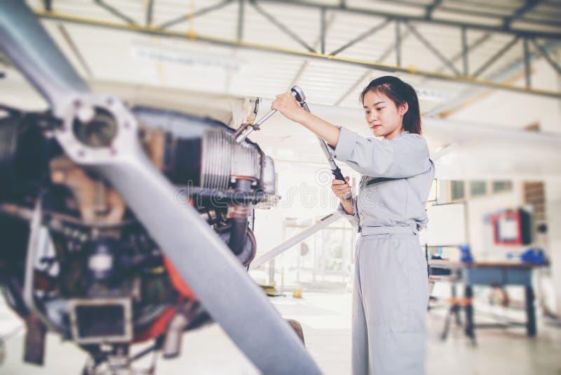 Οι ασιατικοί μηχανικοί και οι τεχνικοί σπουδαστών επισκευάζουν τα αεροσκάφη ο στοκ φωτογραφίες