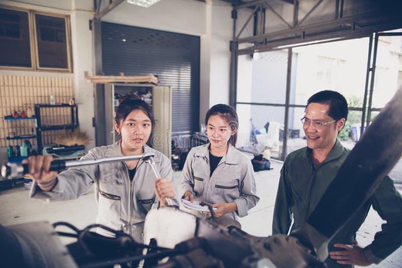 Οι ασιατικοί μηχανικοί και οι τεχνικοί σπουδαστών επισκευάζουν τα αεροσκάφη ο στοκ εικόνες