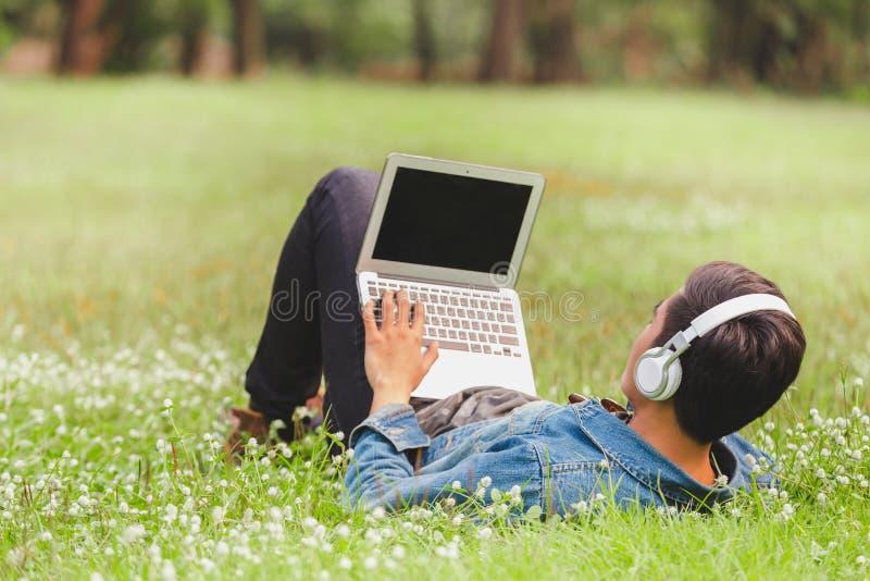 Οι ασιατικοί νεαροί άνδρες ακούνε τη μουσική στοκ φωτογραφία με δικαίωμα ελεύθερης χρήσης
