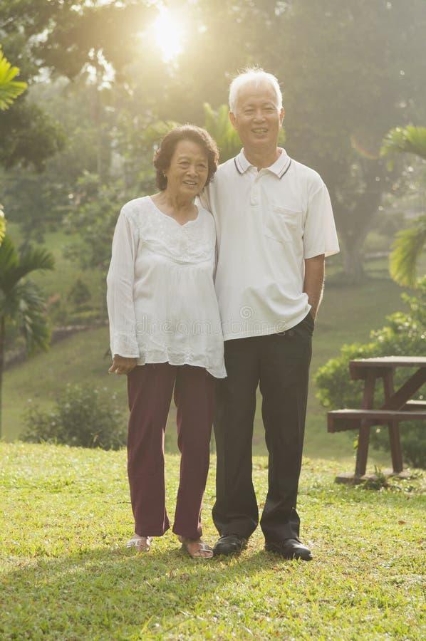 Οι ασιατικοί πρεσβύτεροι συνδέουν το περπάτημα στο υπαίθριο πάρκο στοκ φωτογραφία