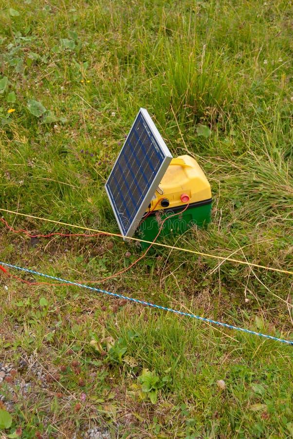 Οι αυτόνομες ηλιακές ενότητες χρησιμοποιούνται στα λιβάδια στις ορεινές περιοχές της Ελβετίας στοκ εικόνες