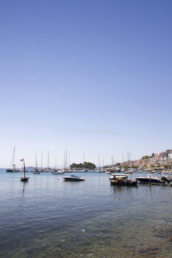 Οι βάρκες έδεσαν στο παλαιό λιμάνι, πόλη Skiathos, Ελλάδα, στις 18 Αυγούστου 2017 στοκ εικόνες