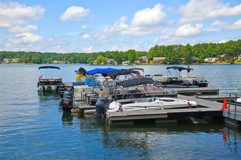 Οι βάρκες ενέπλεξαν σε μια μαρίνα λιμνών στοκ φωτογραφία